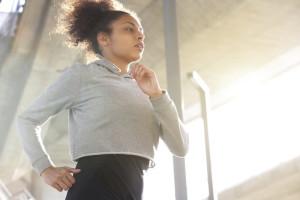 Eine sportliche Frau die in einer urbanan umgebung läuft.
