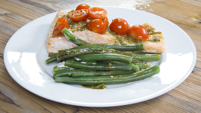 Low-Carb, Easy and Delicious: Pesto Salmon and Vegetables