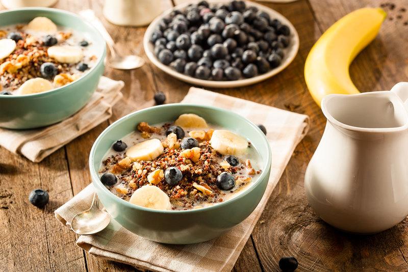 Gesundes Muesli mit Beeren, Bananen und Nuessen