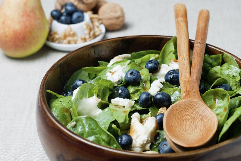 Spinatsalat mit Feta und Blaubeeren.
