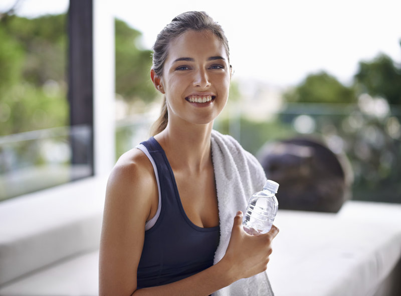 Portrait einer jungen attraktiven Frau beim Relaxen nach dem Training.