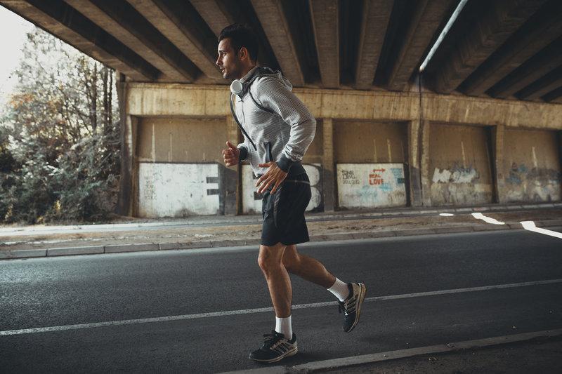 Ein junger Mann der seinen Lauf beginnt.