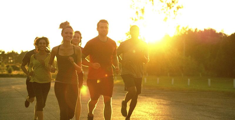Eine Gruppe von Freunden beim gemeinsamen Laufen.