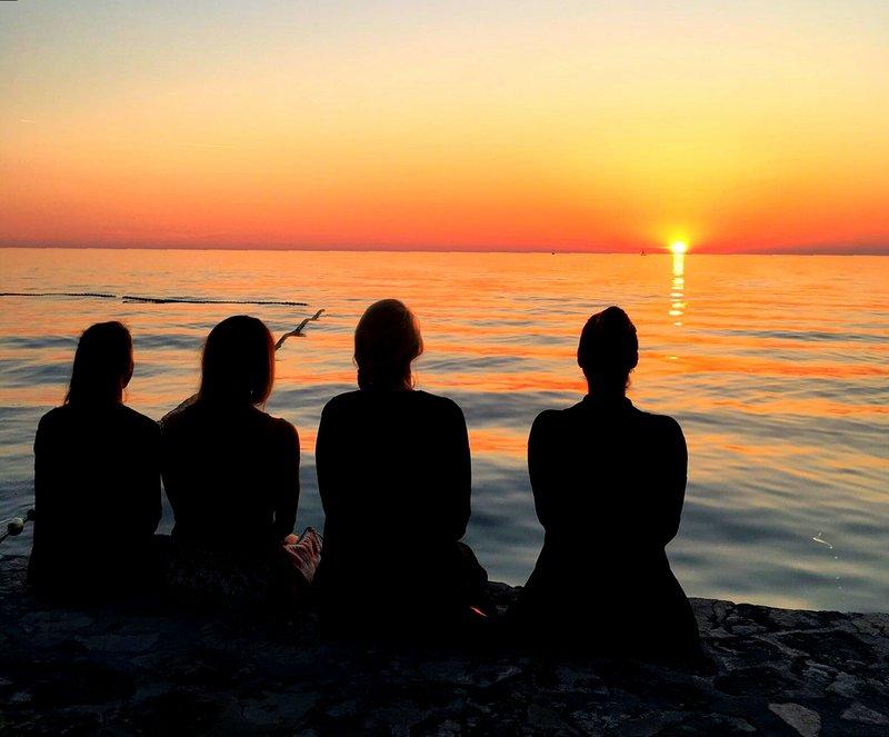 Vier Mädchen beobachten kroatischen Sonnenuntergang