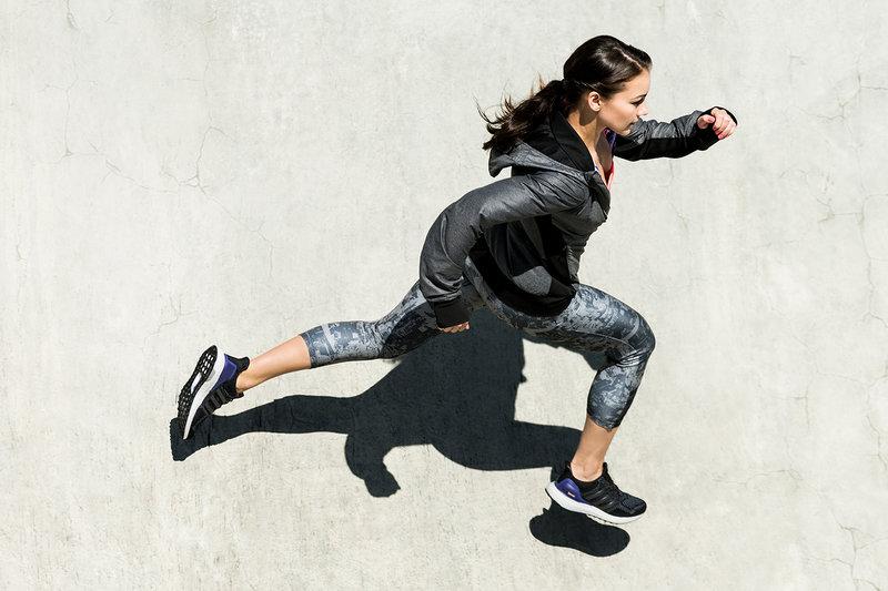 Eine Frau während eines Sprint.