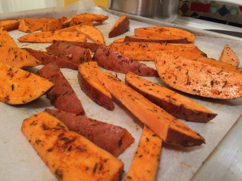 Kartoffelspalten auf dem Backblech.