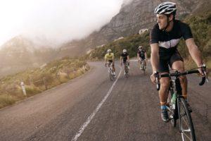 Radfahrer biken den Berg hinauf