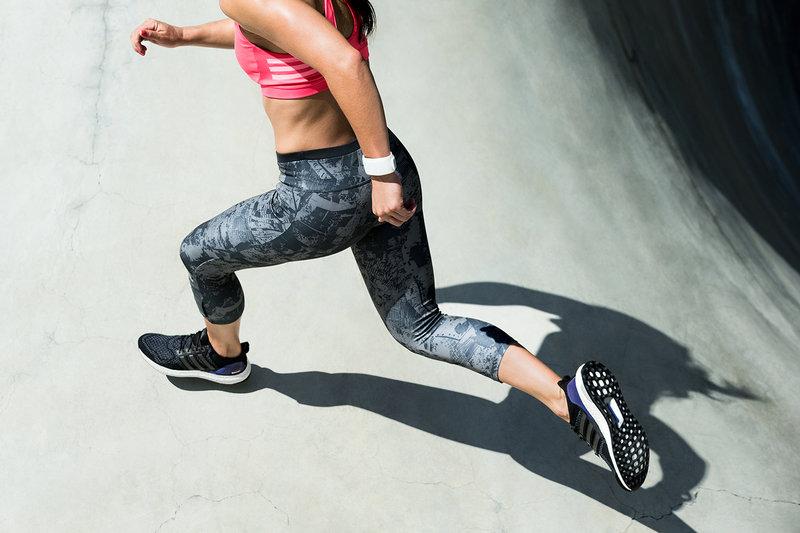 Bildausschnitt von Beinen einer Läuferin.