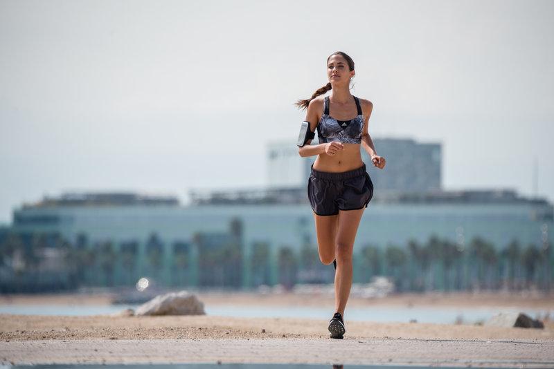 Jeune femme qui court sur la plage