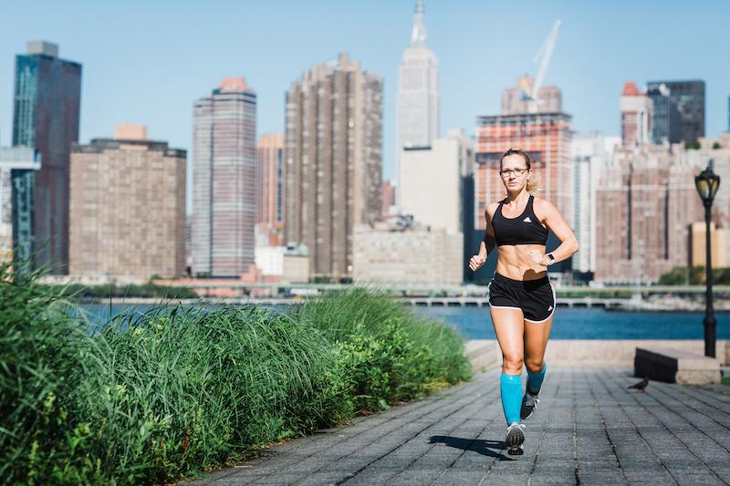eine junge Frau läuft in New York