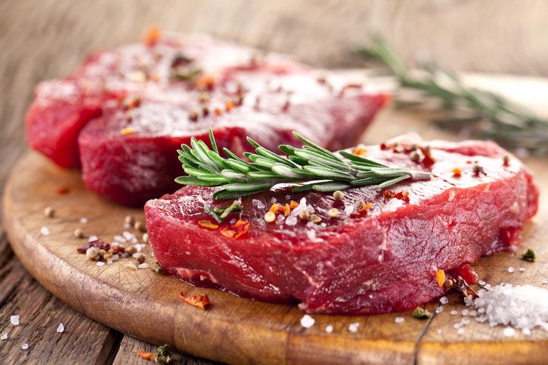 Zwei Stück rohes Steak