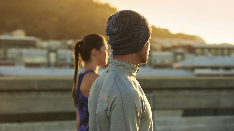 Foto von zwei jungen Laeufern, die den Sonnenuntergang beobachten