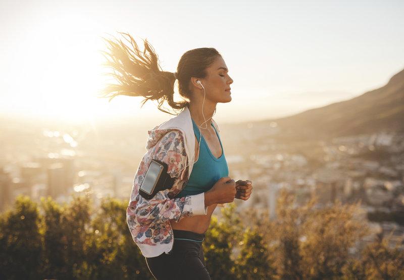 Sportliche junge Frau beim Laufen.