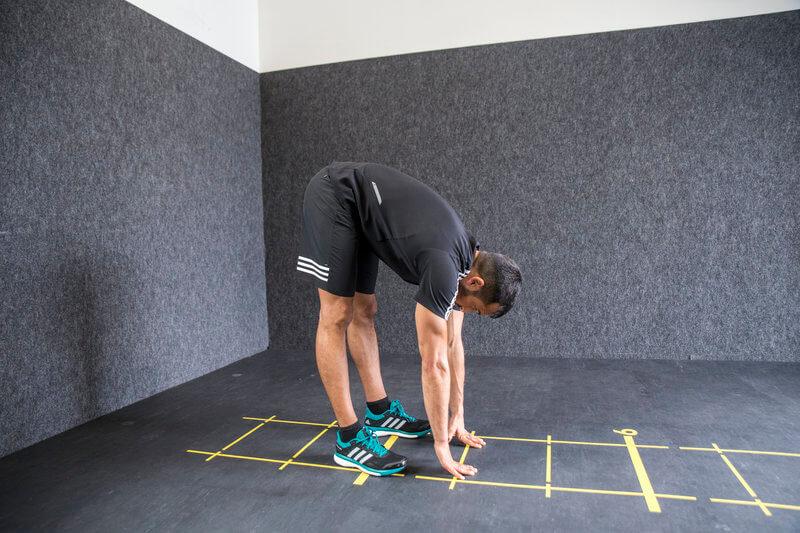 Junger Mann macht eine Bodyweight-Übung, den Wurm.