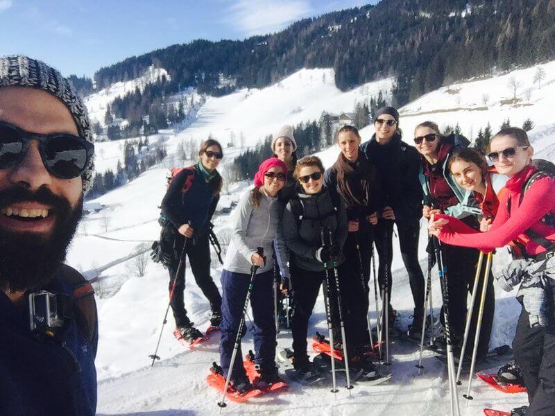 Runtastic Mitarbeiter beim gemeinsamen Schneeschuhwandern.
