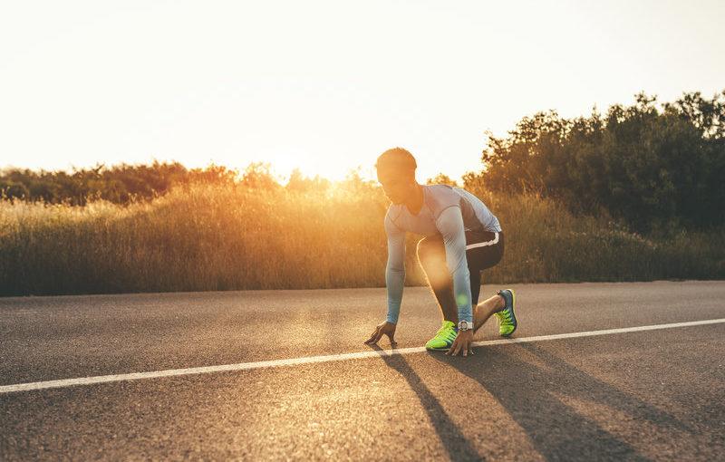 Laufer macht sich fuer seinen Start bei einem 10-km-Lauf bereit.