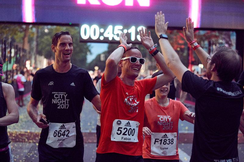 Ein Mann ist beim Marathon im Ziel gelandet