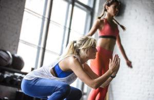 Zwei Frauen trainieren im Fitnessstudio