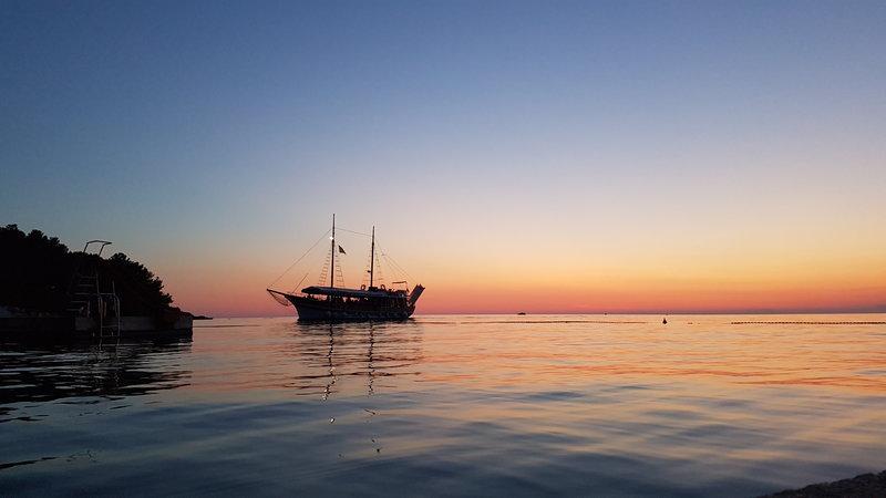 Schiff bei Sonnenuntergang an der Küste