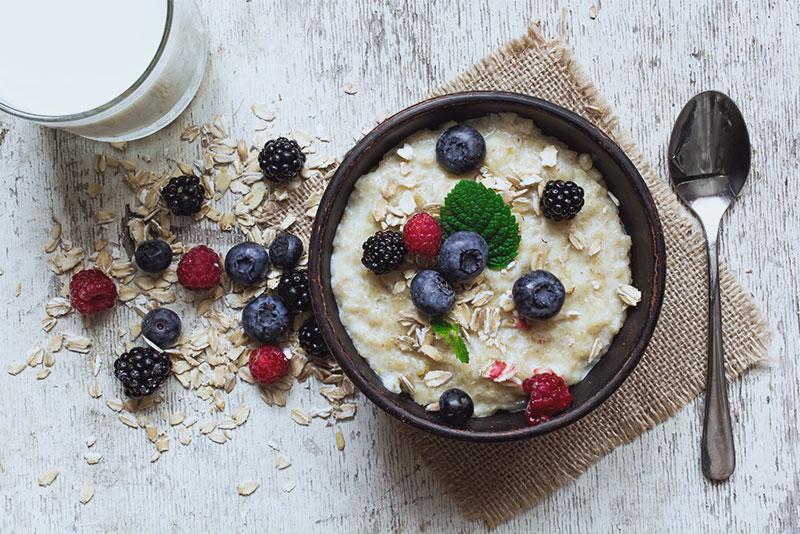 Eine Schüssel Porridge mit Beeren auf einem Tisch