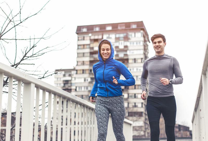 Junges Paar beim gemeinsamen Morgenlauf.
