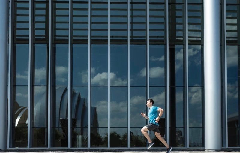 Ein Mann läuft in der Stadt
