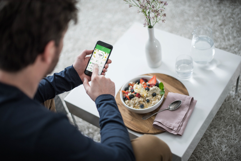 A man is tracking is food with Runtastic Balance