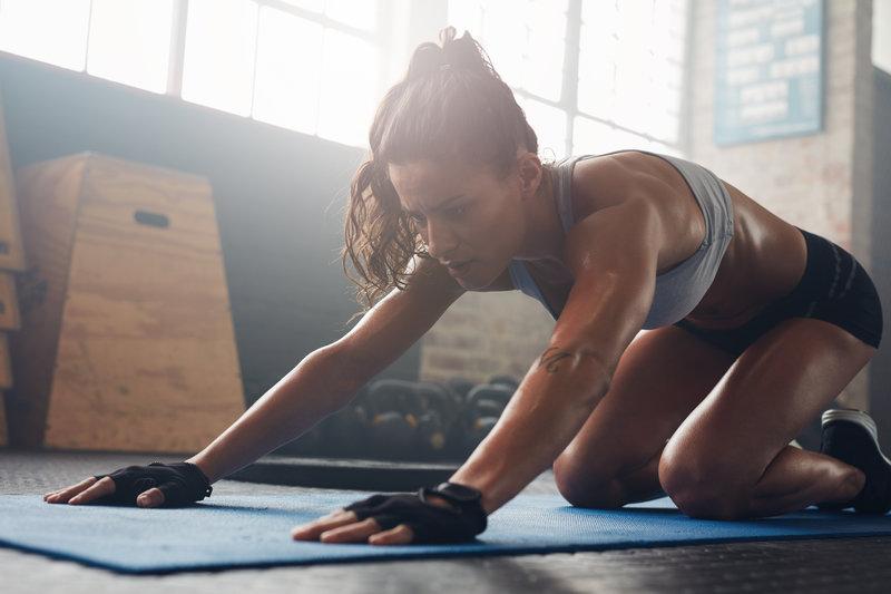Wenn dein Ziel ein Muskelaufbau ist, dann solltest du die Krafteinheit vor dem Ausdauertraining absolvieren.