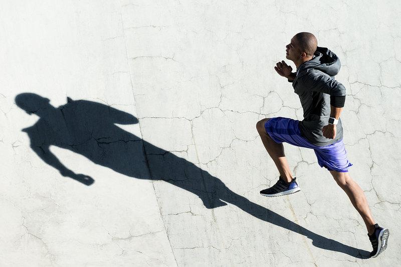 Eine Mann sprintet Stufen hinauf.