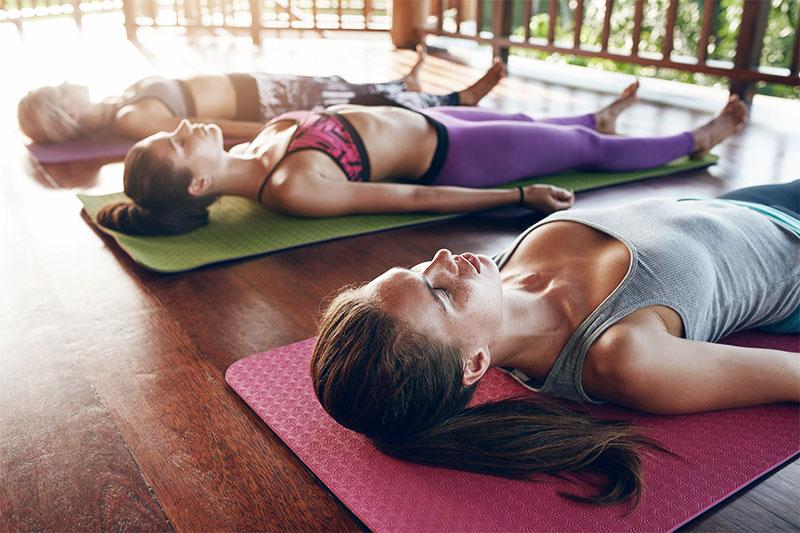 Donne che fanno yoga
