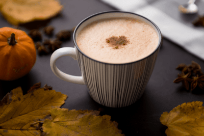 Petit délice de l'automne : le latte épicé à la citrouille fait-maison