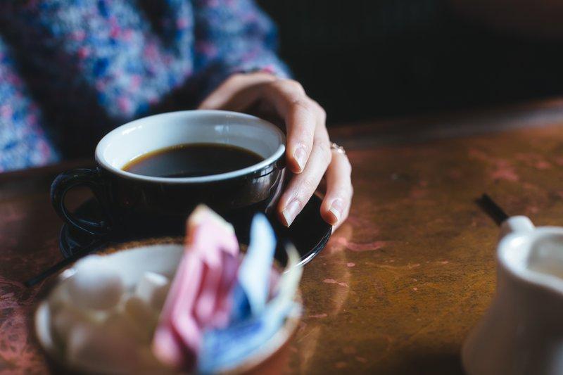 Jemand trinkt eine Tasse Kaffee