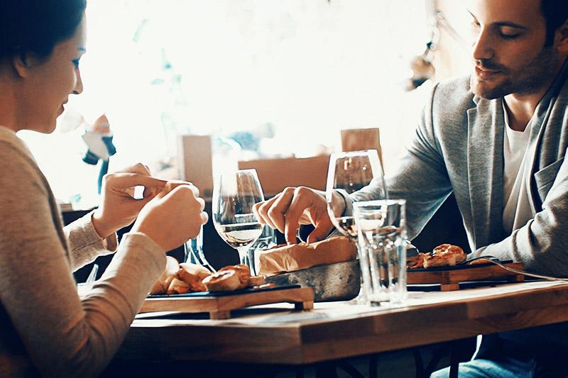 Eine Frau und ein Mann essen im Restaurant