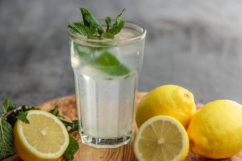 Ein Glas Zitronenwasser mit Minze