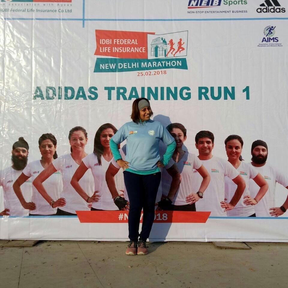 Eine indische Frau beim Marathontraining