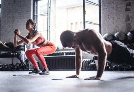 Paar bei einem gemeinsamen Workout.