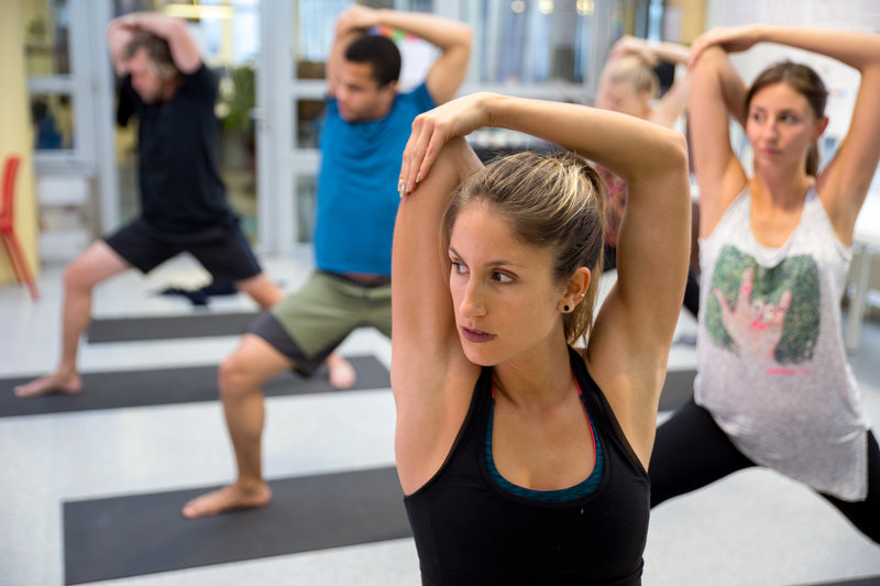Junge Menschen beim Yoga