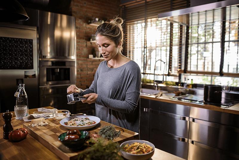 Eine Frau bereitet eine Mahlzeit in der Küche zu