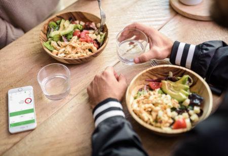 Zwei Menschen essen eine Salat-Bowl zu Mittag