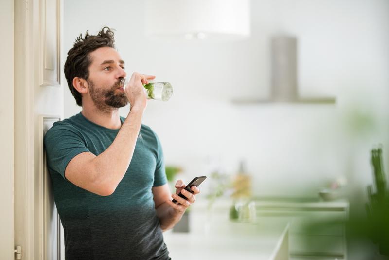 Ein Mann trinkt aus einer Wasserflasche