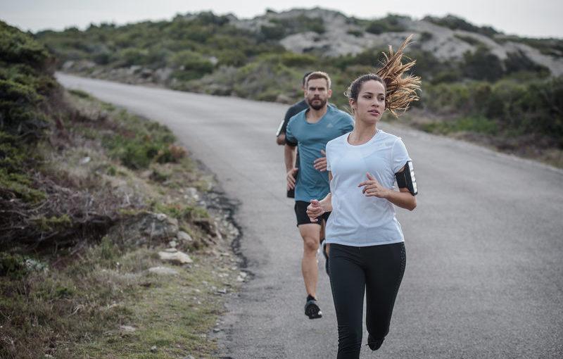 Eine Frau und zwei Männer laufen