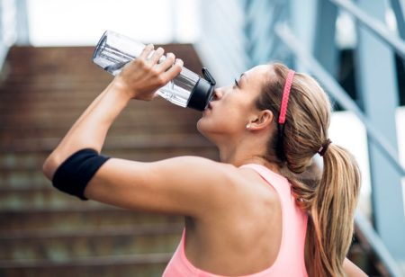 Eine Frau trinkt Wasser.