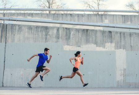 Zwei Läufer laufen ein Rennen