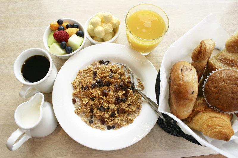 Cereales, bollería, café, zumo y frutas