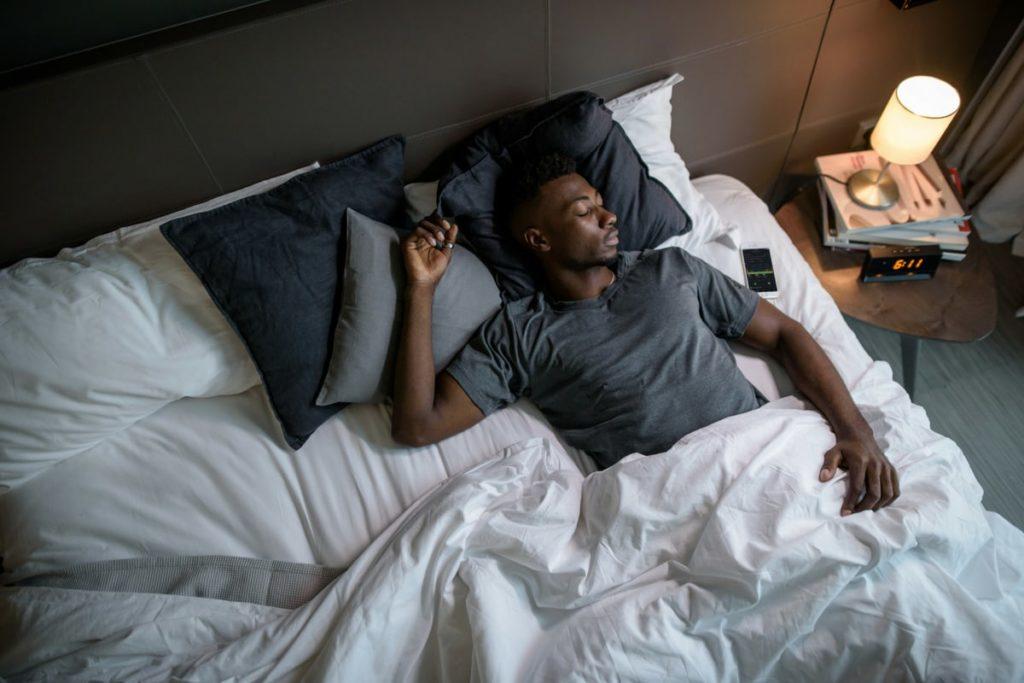 Ein Mann liegt im Bett und schläft