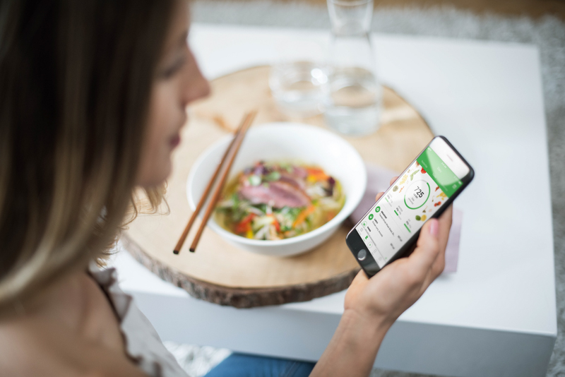 Eine Frau trackt ihr Mittagessen mit der Runtastic Balance App