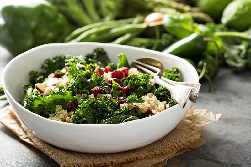 Eine Schüssel Salat mit Grünkohl und Quinoa
