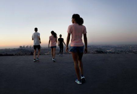 Treffen der jungen Leute für einen Lauf während des Sonnenaufgangs