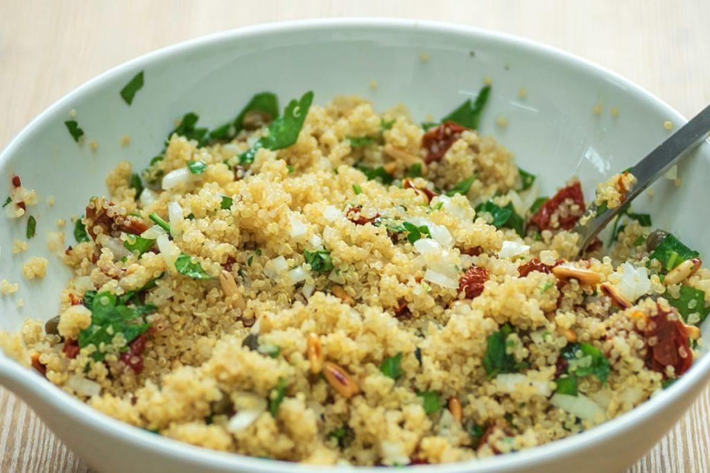 leichtes sommer rezept mediterraner quinoa salat. Black Bedroom Furniture Sets. Home Design Ideas