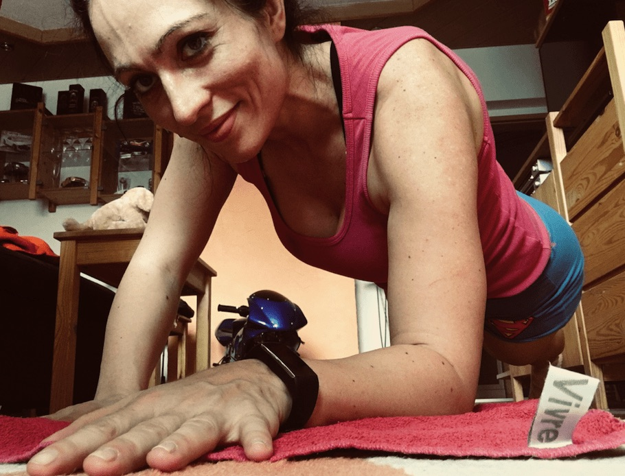 runtastic user working out at home